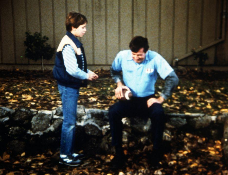 In seiner Freizeit spielt Earl (John Lawlor, r.) mit Max (Wil Wheaton, l.) gelegentlich Football. - Bildquelle: Worldvision Enterprises, Inc.