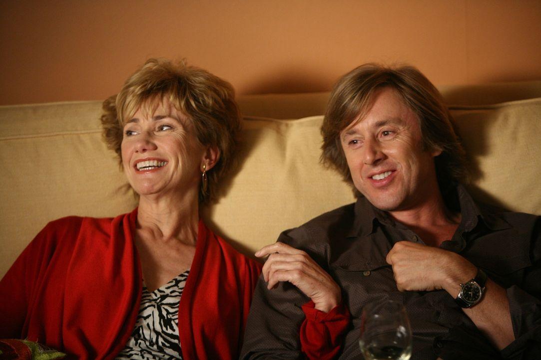 Joe (Jake Weber, r.) ahnt nichts von der schweren Krankheit seiner Mutter (Kathy Baker, l.) ... - Bildquelle: Paramount Network Television