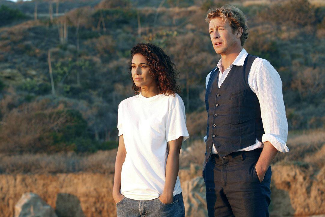 Patrick Jane (Simon Baker, r.) hofft, von Lorelei Martins (Emmanuelle Chriqui, l.) etwas über Red John zu erfahren. Doch wird sie ihm helfen? - Bildquelle: Warner Bros. Television