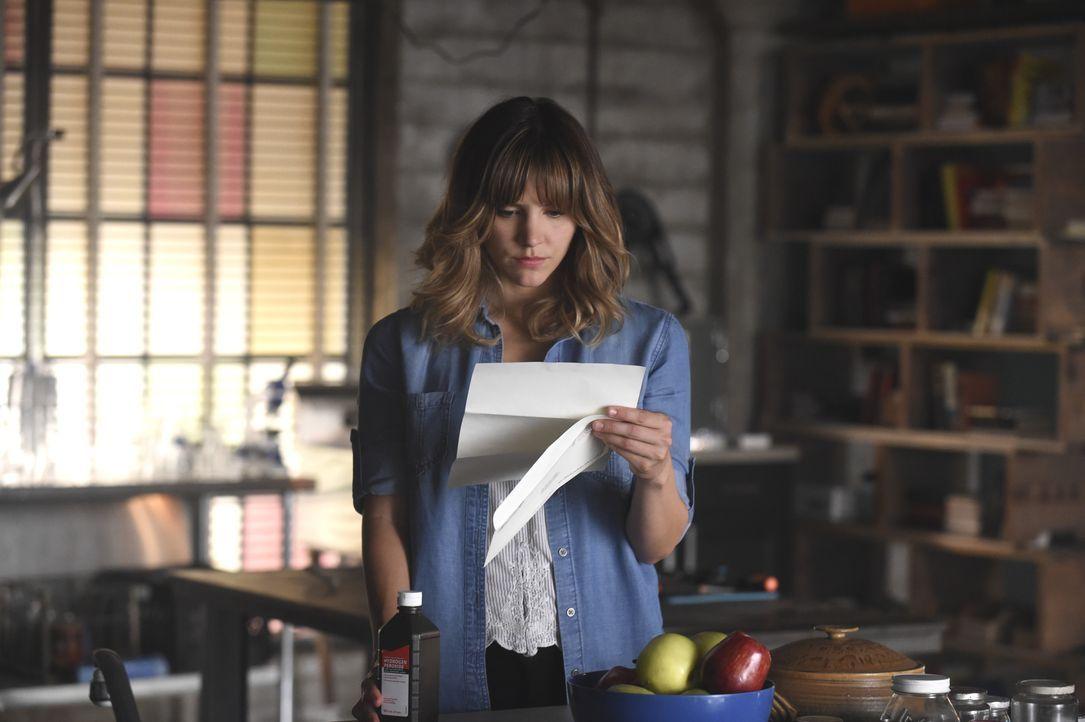 Ein einzelner Brief sorgt bei Paige (Katharine McPhee) für einige Verwirrungen ... - Bildquelle: Ron Jaffe 2014 CBS Broadcasting, Inc. All Rights Reserved / Ron Jaffe
