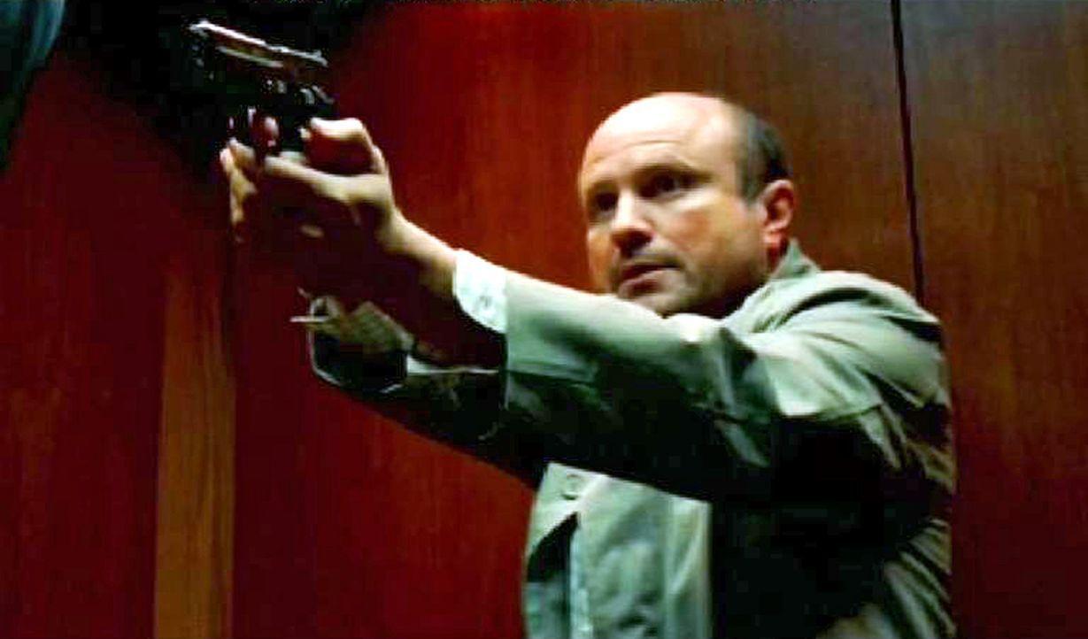 Ben Blakely (Enrico Colantoni) ist ein Subunternehmer des FBI, läuft Amok und stürmt das Gebäude des Numb3rs-Teams. - Bildquelle: Paramount Network Television