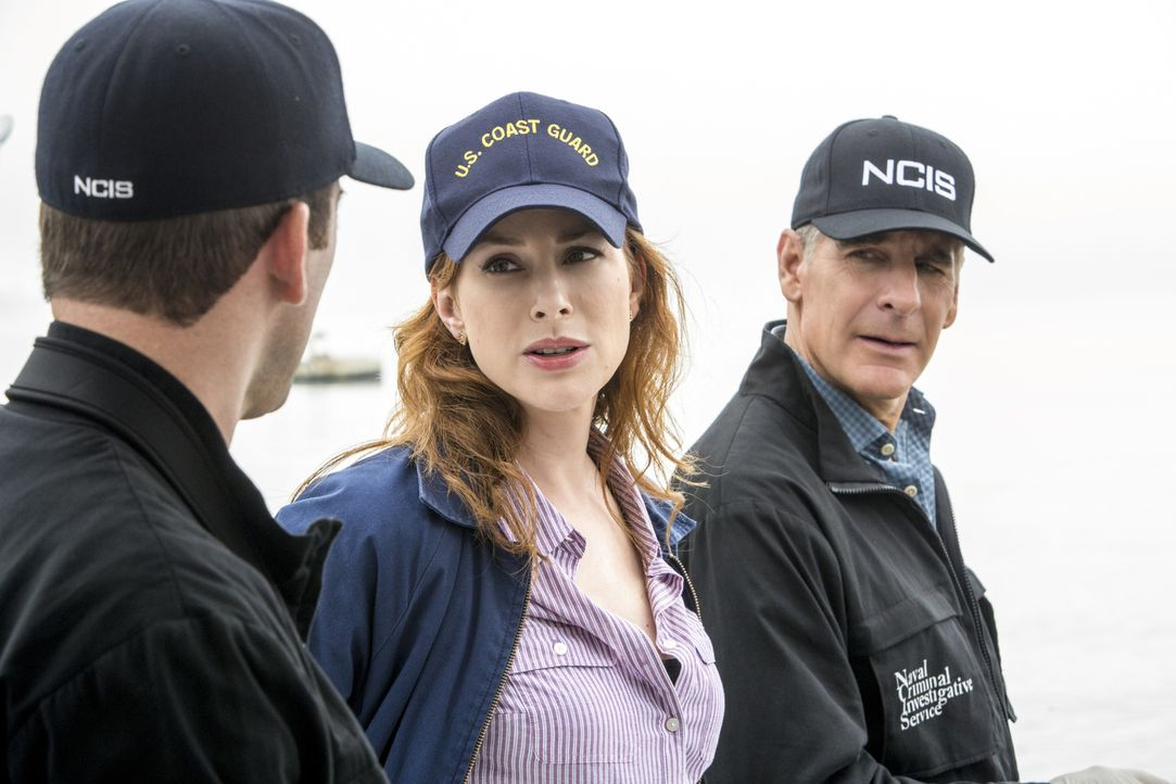Als ein Forschungsboot mit zwei Leichen an Bord auf dem offenen Meer treibend aufgefunden wird, beginnen Pride (Scott Bakula, r.) und Lasalle (Lucas... - Bildquelle: 2014 CBS Broadcasting Inc. All Rights Reserved.