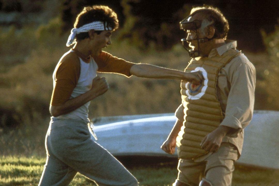 """Die unorthodoxen Ausbildungsmethoden Miyagis (Noriyuki """"Pat"""" Morita, r.) führen zu Spannungen zwischen ihm und dem jungen Daniel (Ralph Macchio, l.... - Bildquelle: Columbia Pictures"""