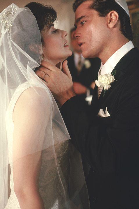 Dem jungen Glück scheint nichts im Wege zu stehen. Noch ahnt Karen (Lorraine Bracco, l.) nicht, dass ihr Mann Henry (Ray Liotta, r.) in Mafiakreisen... - Bildquelle: Warner Bros.