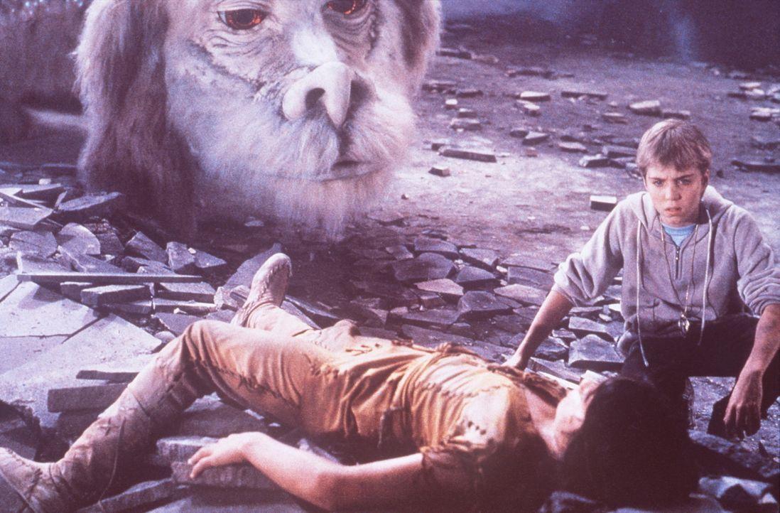 Atreju (Kenny Morrison, l.) wird bei einem Angriff der bösen Hexe Xayide schwer verletzt. Bastian (Jonathan Brandis, r.) und der Glücksdrache Fuch... - Bildquelle: Warner Bros.