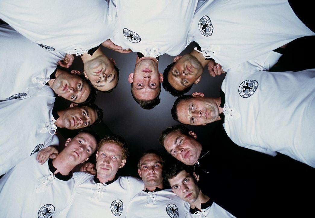 Die deutsche Fußballnationalmannschaft reist als Außenseiter zur Weltmeisterschaft in die Schweiz - und sorgt dort für eine faustdicke Überrasch... - Bildquelle: Senator Film