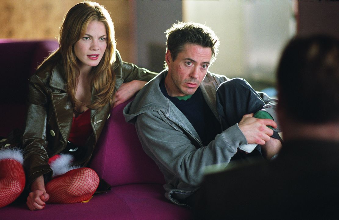 Als Harry (Robert Downey Jr., r.) auf einer Party zufällig seiner Jugendliebe Harmony (Michelle Monaghan, l.) begegnet, gibt er sich als Privatdetek... - Bildquelle: 2015 © Warner Brothers