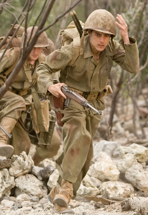 In einem mörderischen Kampf um den Flughafen von Peleliu wird Snafu (Rami Malek, r.) und Eugene Sledge (Joe Mazzello, l.) klar, dass man für das Übe... - Bildquelle: Home Box Office Inc. All Rights Reserved.