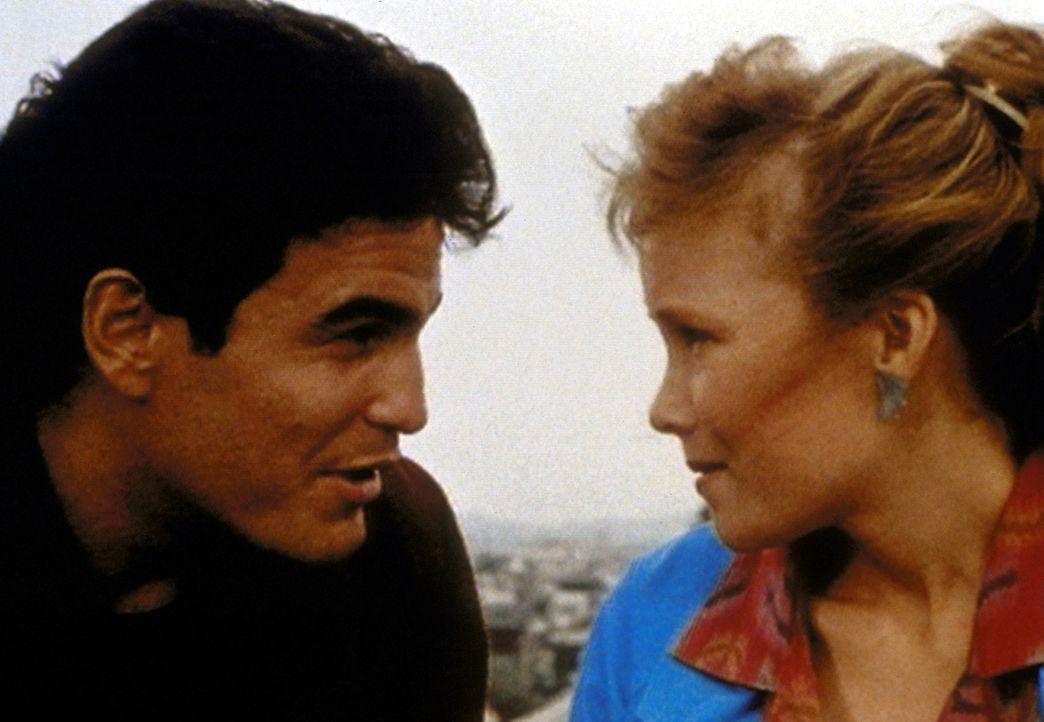 Der Boxer Morty (Michael Shaner, l.) hat sich in Julie (Jennifer Parsons, r.), die Schwester seines Schützlings Billy, verliebt. - Bildquelle: Worldvision Enterprises, Inc.