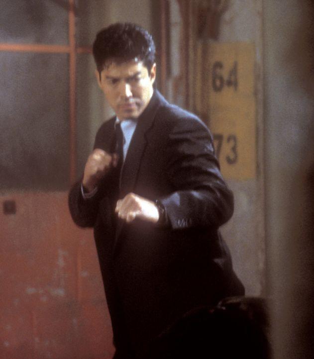 Kims Bruder Rick (Russell Wong) wendet sich an seinen alten Freund Connor, damit er ihm bei der Suche nach seiner Schwester hilft ... - Bildquelle: 2000  MUSE PRODUCTIONS (TRACKER) INC.