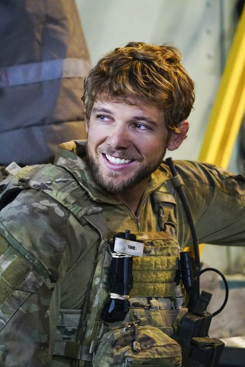 Für Clay (Max Thieriot) ist der Rettungseinsatz eines russischen Wissenschaftlers seine erste Mission in Jason Hayes' Einheit, doch diese wird für i... - Bildquelle: Sonja Flemming CBS   2017 CBS Broadcasting, Inc. All Rights Reserved / Sonja Flemming