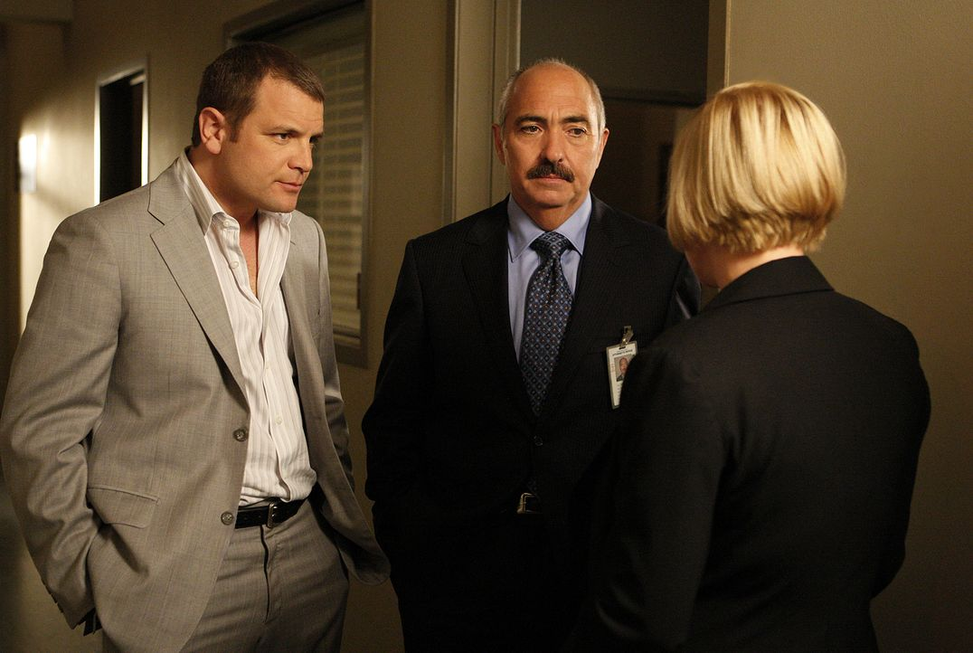 Allison (Patricia Arquette, r.) hat interessante Neuigkeiten für Devalos (Miguel Sandoval, M.) und Lee Scanlon (David Cubitt, l.) ... - Bildquelle: 2010 CBS Broadcasting Inc.
