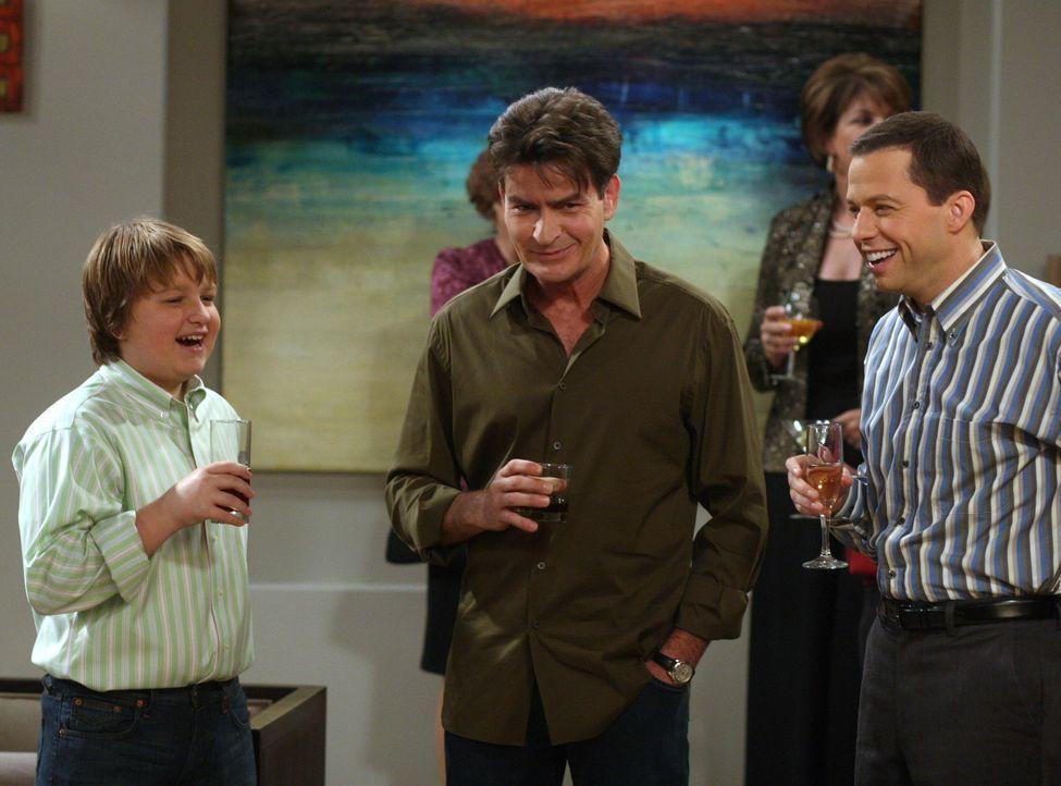 Charlie (Charlie Sheen, M.), Alan (Jon Cryer, r.) und Jake (Angus T. Jones, l.) amüsieren sich auf der Verlobungsfeier von Teddy und Evelyn ... - Bildquelle: Warner Brothers Entertainment Inc.