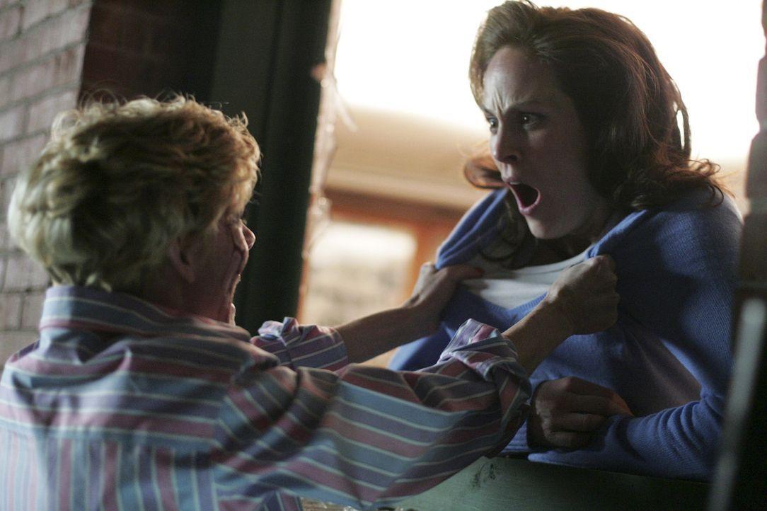 Weil Ellies (Sylva Kelegian, l.) Körper immer schwächer wird, versucht Tak auf Mary (Annabeth Gish, r.) überzugehen ... - Bildquelle: Buena Vista International. All rights reserved