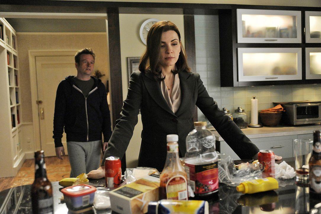 Owen Cavanaugh (Dallas Roberts, r.) macht sich Sorgen um seine Schwester Alicia (Julianna Margulies, r.), die sich von Peter scheiden lassen will ... - Bildquelle: CBS Broadcasting Inc. All Rights Reserved