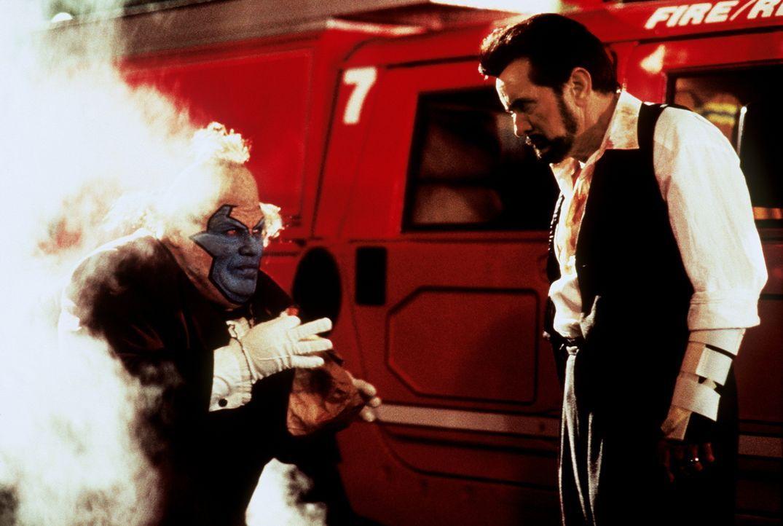 Satans Gesandter, der hässliche Clown (John Leguizamo, l.), schließt auch mit dem bösen Geheimdienstchef Jason Wynn (Martin Sheen, r.) einen Pakt ..... - Bildquelle: New Line Cinema