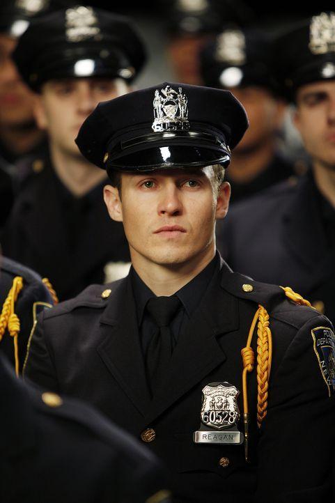 Für Jamie Reagan (Will Estes), der Jura in Harvard studiert hat, beginnt ein Leben als Streifenpolizist ... - Bildquelle: 2010 CBS Broadcasting Inc. All Rights Reserved