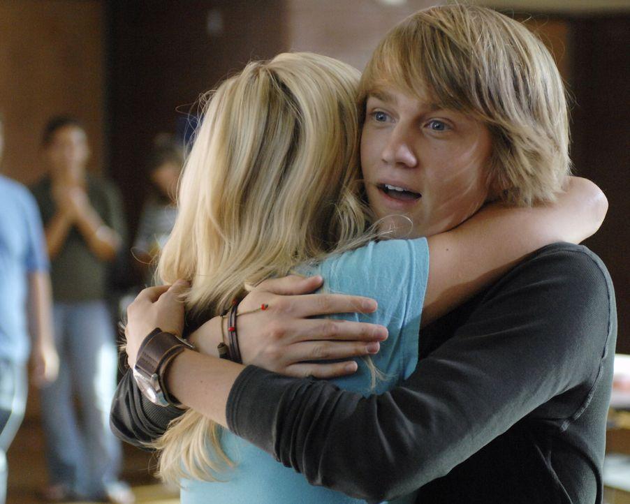 Virgils (Jason Dolley, r.) sehnsüchtigster Wunsch geht in Erfüllung: Stephanie (Chelsea Staub, l.) ... - Bildquelle: 2007 Disney Channel