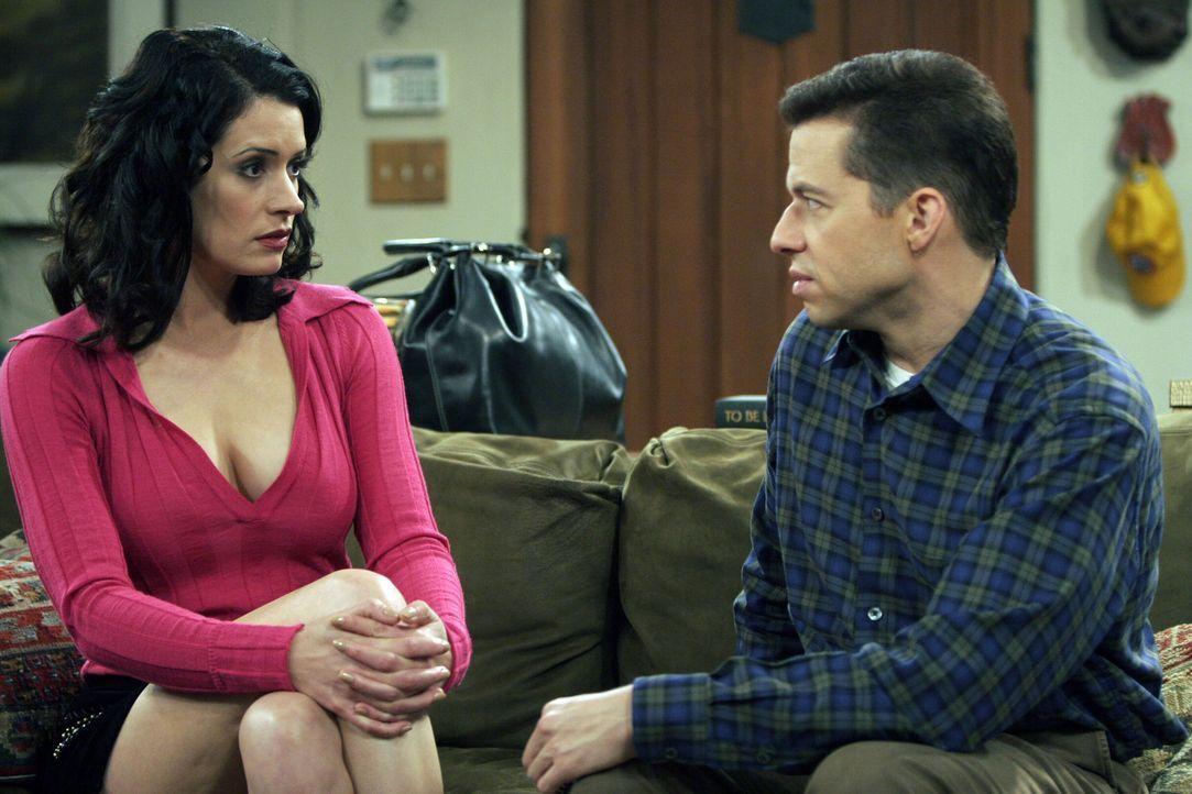 Alan (Jon Cryer, r.) hat seine alte Schulfreundin Jamie (Paget Brewster, l.) eingeladen, die beruflich in der Stadt ist und Alan ausfindig gemacht h... - Bildquelle: Warner Bros. Television