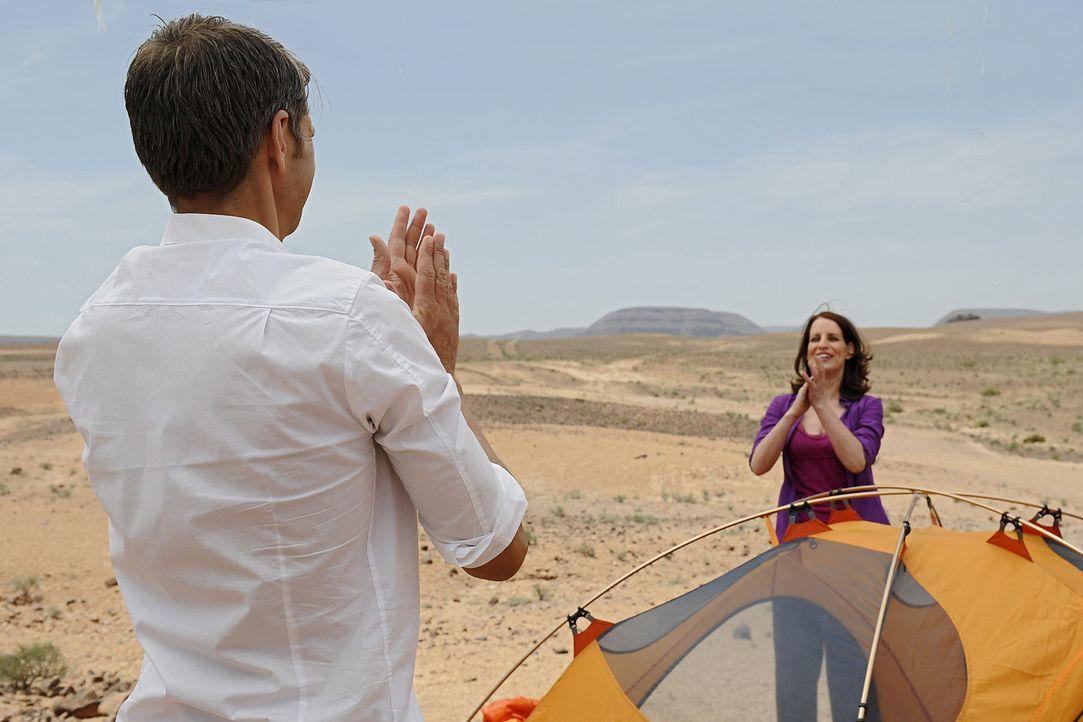 Ausgerechnet mit ihrem Exmann Hajo (Kai Wiesinger, l.) soll Nina (Stefanie Höner, r.) eine Nacht in einem Zelt mitten in der Wüste verbringen. Kan... - Bildquelle: Sife Ddine ELAMINE SAT.1