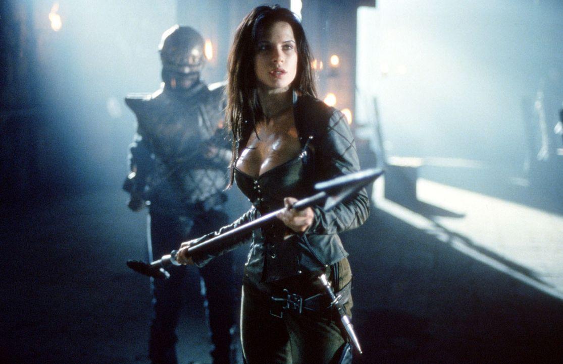 Kyra (Rhona Mitra), die kühne Tochter des Burgherren, nimmt den Kampf gegen das blutgierige  Monster auf ... - Bildquelle: Kinowelt Filmverleih