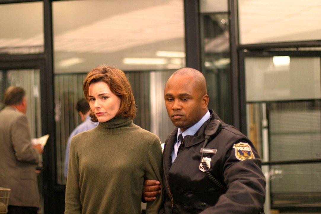 Ein Polizist (Darsteller unbekannt) führt Jane (Saxon Trainor, l.) zum Verhör ... - Bildquelle: Warner Bros. Television