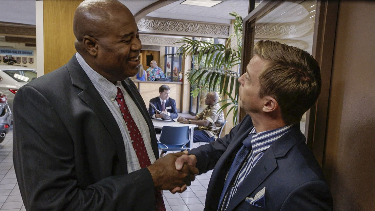 Grover (Chi McBride, l.) ermittelt undercover, um den Tod des Autohändlers Mitch Lawson aufzudecken. Doch hat Paul Burnett (Ron Melendez, r.) etwas... - Bildquelle: Norman Shapiro 2016 CBS Broadcasting, Inc. All Rights Reserved / Norman Shapiro