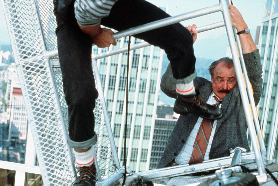 Nachdem der Cop Burt Simpson (Dabney Coleman, r.) erfährt, dass das Geld seiner Lebensversicherung nur ausgezahlt wird, wenn er in Ausübung seines... - Bildquelle: ITV plc (Granada International)