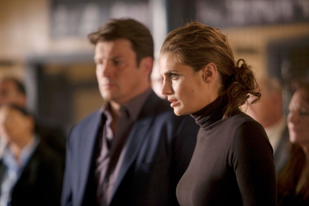 Während Kate Beckett (Stana Katic, r.) mit ihrer Vergangenheit konfrontiert wird, setzt Richard Castle (Nathan Fillion, l.) alles daran, den Scharfs... - Bildquelle: 2011 American Broadcasting Companies, Inc. All rights reserved.
