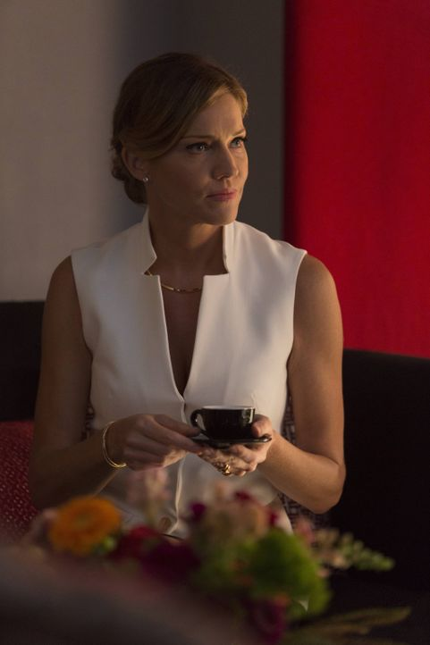 Wie weit würde Charlotte (Tricia Helfer) gehen, um ihre eigenen Ziele zu erreichen? - Bildquelle: 2016 Warner Brothers