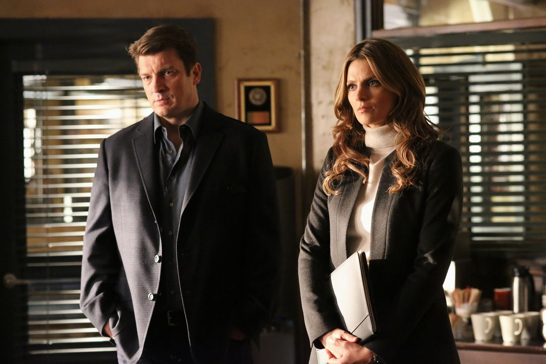 Der Mord an einer bekannten Primatenforscherin und Paartherapeutin gibt Castle (Nathan Fillion, l.) und Beckett (Stana Katic, r.) Rätsel auf ... - Bildquelle: 2013 American Broadcasting Companies, Inc. All rights reserved.
