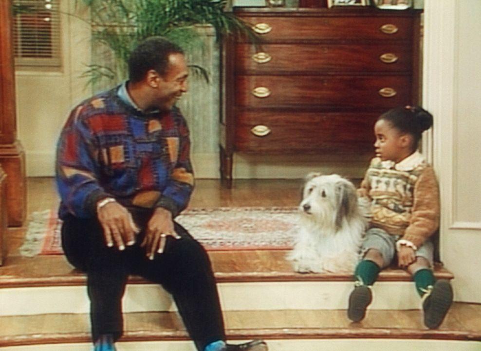 Cliff (Bill Cosby, l.) hat die schwere Aufgabe, Rudy (Keshia Knight Pulliam, r.) zu erklären, warum sie den Hund zurückgeben muss. - Bildquelle: 20th Century Fox Television