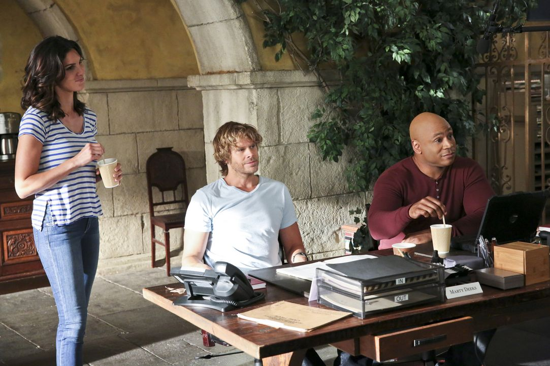 Ein Mordfall muss aufgeklärt werden. Kensi (Daniela Ruah, l.), Deeks (Eric Christian Olsen, M.), Sam (LL Cool J, r.) und das restliche Team geben al... - Bildquelle: Michael Yarish 2015 CBS Broadcasting, Inc. All Rights Reserved.