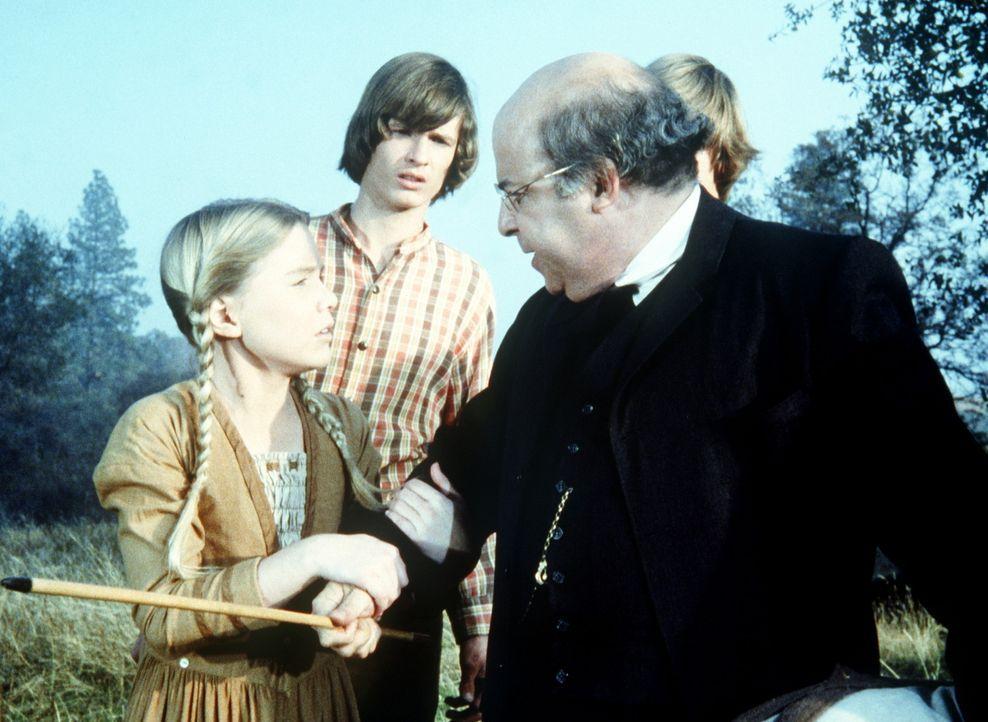 Lehrer Watson (Sorrel Booke, r.) will Charles Ingalls mit Stockhieben bestrafen. Caroline (Katy Kurtzman, l.) versucht, dies zu verhindern. - Bildquelle: Worldvision