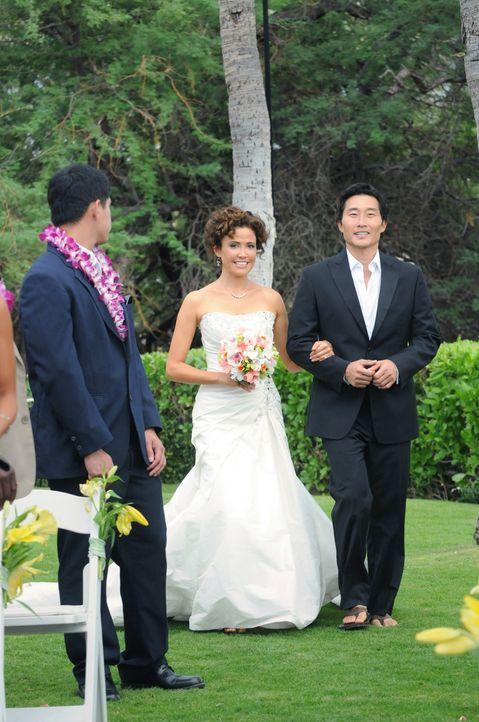 Der schönste Tag in ihrem Leben steht bevor: Chin (Daniel Dae Kim, M.) und Malia (Reiko Aylesworth, r.) ... - Bildquelle: TM &   CBS Studios Inc. All Rights Reserved.