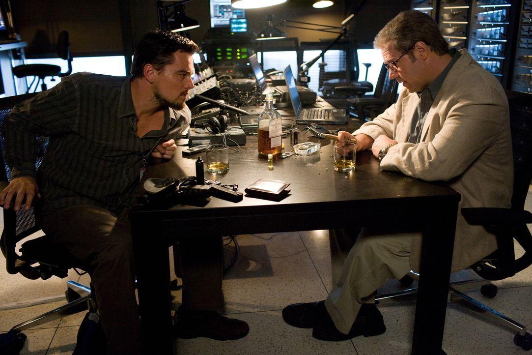 Nach etlichen terroristischen Anschlägen in Europa steht die CIA unter Zugzwang. Der Verbindungsoffizier Ed Hoffman (Russell Crowe, r.) beauftragt d... - Bildquelle: Warner Brothers