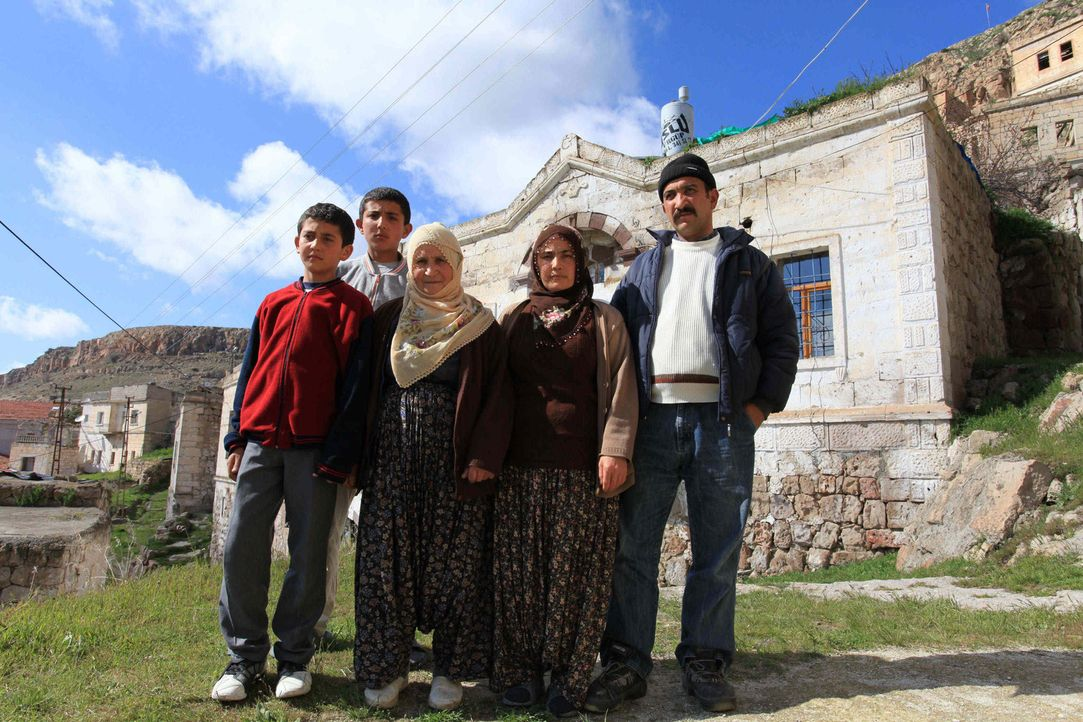 Bei Familie Erdal in der Tükei sollen Kalica und Dominik lernen, was es bedeutet, Verantwortung zu übernehmen. - Bildquelle: kabel eins