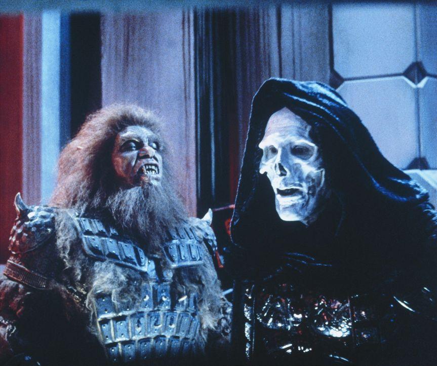 Der böse Herrscher von Estonia, Skeletor ( Frank Langella, r.), braucht nur noch den zweiten magischen Schlüssel, um das gesamte Universum zu behe... - Bildquelle: CANNON FILMS INC. AND CANNON INTERNATIONAL B. V