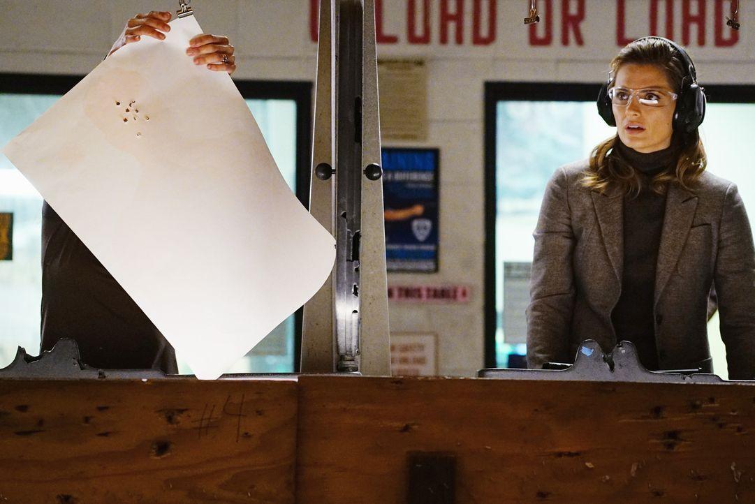 Kate (Stana Katic, r.) kann es nicht glauben: Zhang (Linda Park, l.) schießt um ein Vielfaches besser als sie ... - Bildquelle: Richard Cartwright ABC Studios