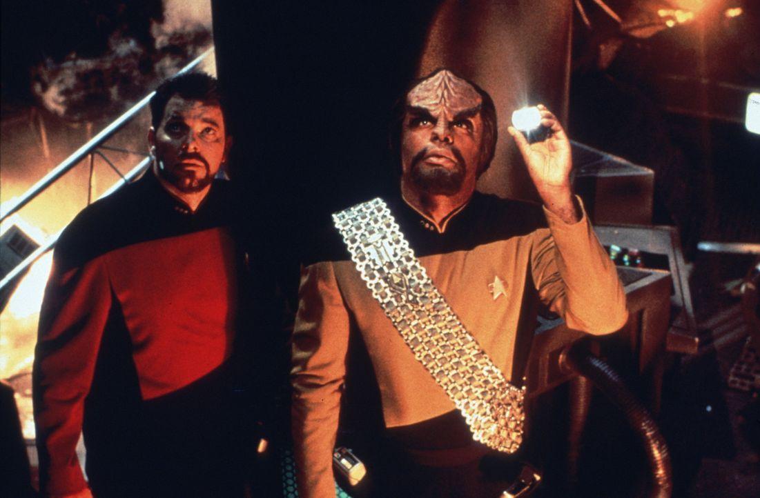 Commander Riker (Jonathan Frakes, l.) und Worf (Michael Dorn, r.) inspizieren die Schäden an ihrem Schiff ... - Bildquelle: Paramount Pictures