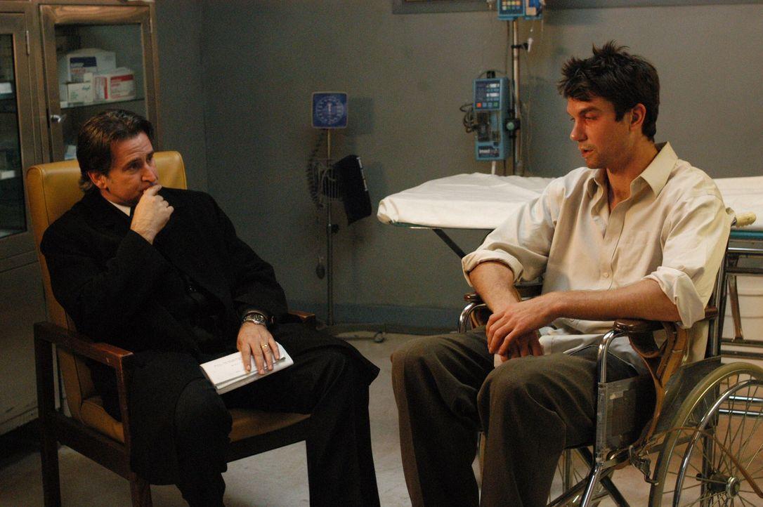 Dank Jacks (Anthony LaPaglia, l.) psychologischer Fähigkeiten ist es ihm gelungen, den verschwundenen Joe Gibson (Jerry O'Connell, r.) aufzuspüren. - Bildquelle: Warner Bros. Entertainment Inc.