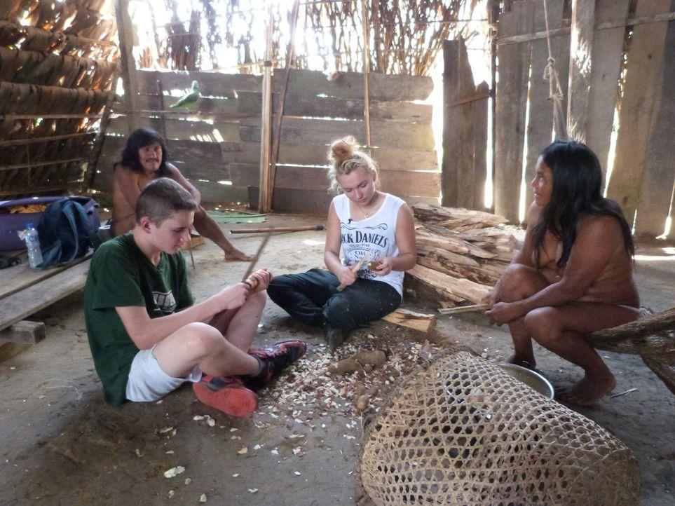 Um bei einer Waori-Familie im ecuadorianischen Dschungel zu bestehen, müssen Calvin (2.v.l.) und Michaela (2.v.r.) die Zähne zusammenbeißen und mit... - Bildquelle: SAT.1