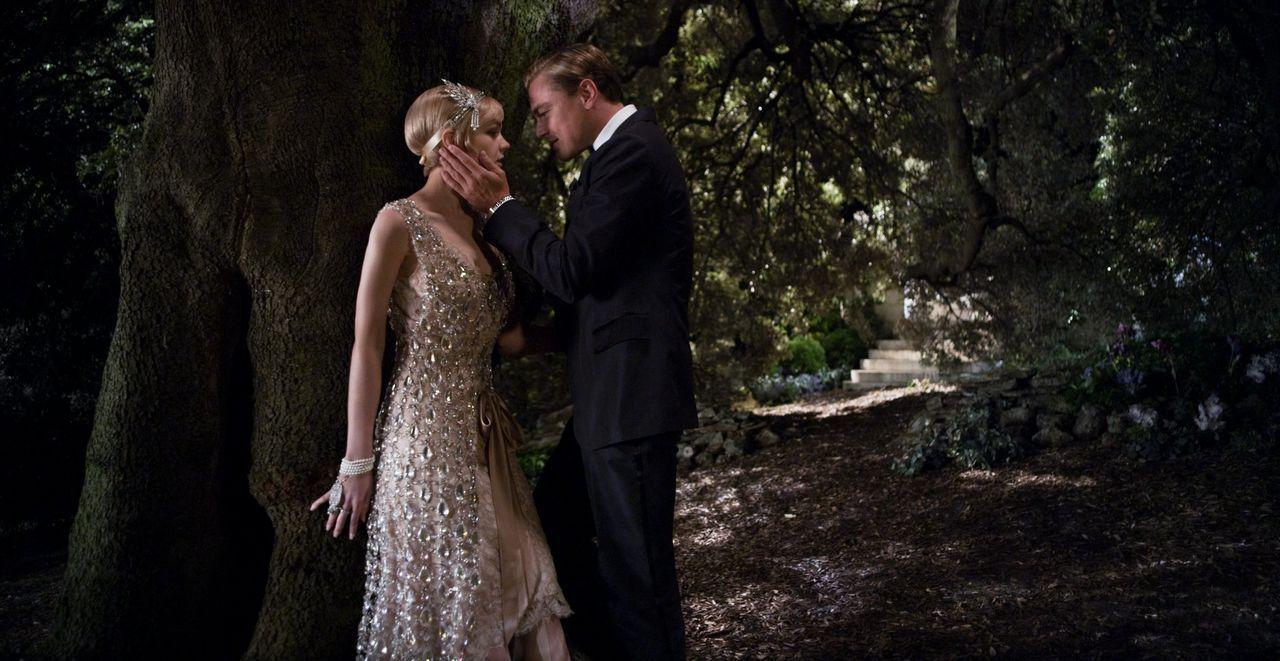 Gatsby (Leonardo DiCaprio, r.) und Daisy (Carey Mulligan, l.) verbindet eine intensive, fast schon zerstörerische Liebe, die ihr bürgerliches Leben... - Bildquelle: 2012 Warner Brothers