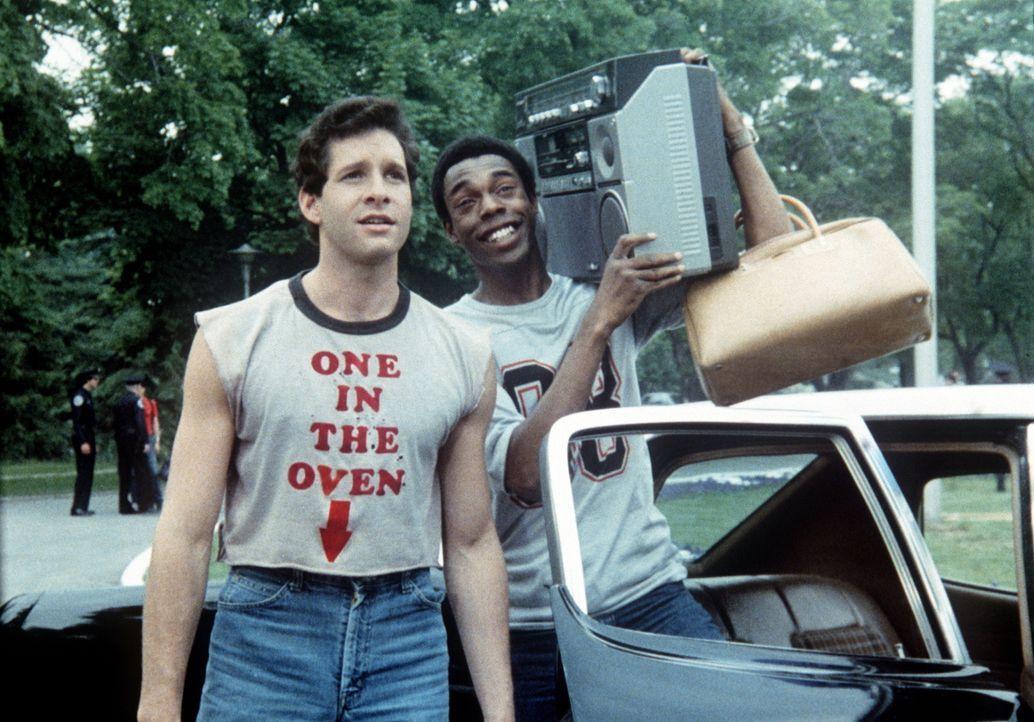 Die ersten Chaoten treffen in der Police Academy ein: Mahoney (Steve Guttenberg, l.) und Larvell Jones (Michael Winslow, r.) ... - Bildquelle: Warner Bros.