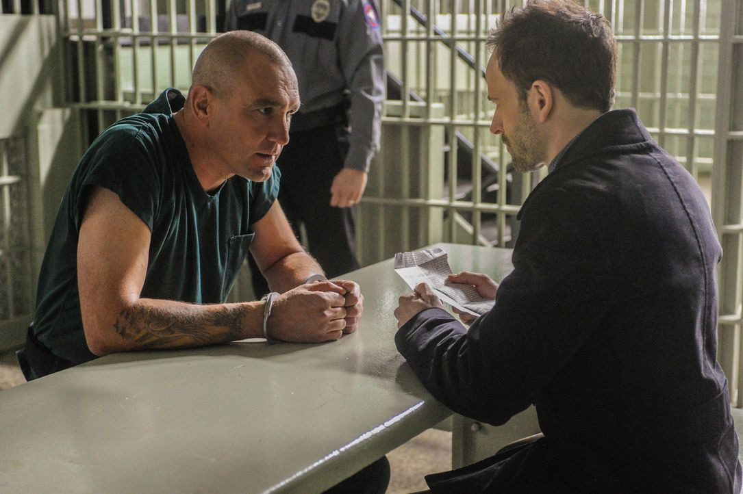 Sherlock Holmes(Jonny Lee Miller, r.) bekommt es wieder mit den perfiden Intrigen seines Erzfeindes Moriarty zu tun, denn der Kriminelle Sebastian M... - Bildquelle: CBS Television