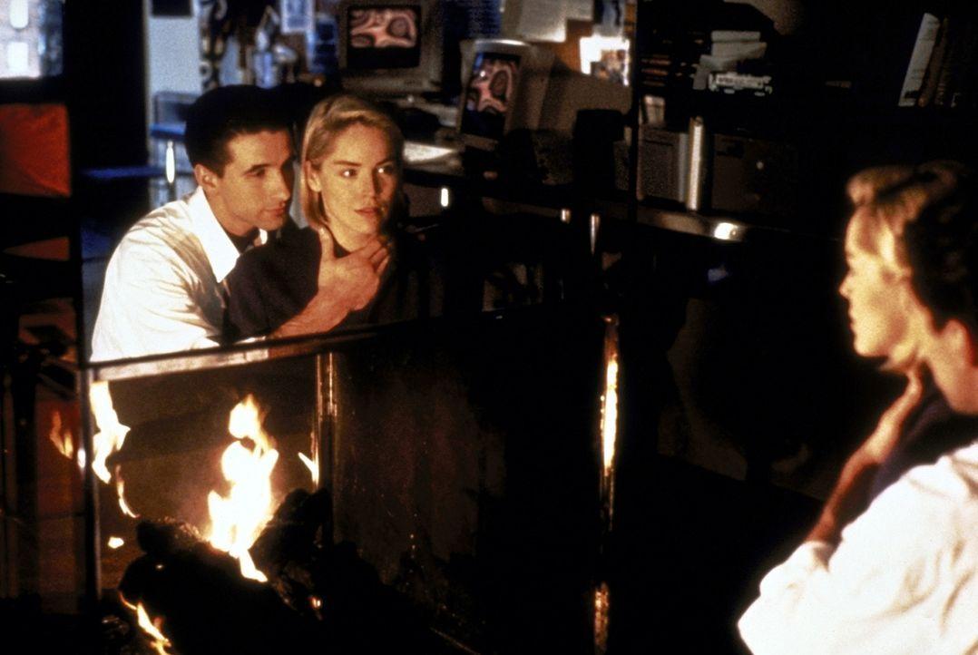 In Zeke (William Baldwin, l.) findet Carly (Sharon Stone, r.) einen ebenso aufregenden wie undurchsichtigen Liebhaber ... - Bildquelle: Paramount Pictures