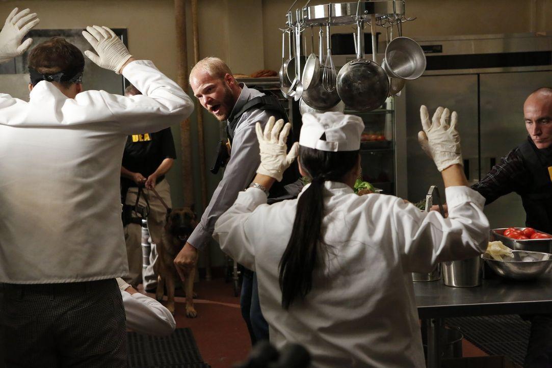 Das FBI wird als Unterstützung zu einer gescheiterten DEA-Razzia hinzugezogen ... - Bildquelle: Warner Bros. Television