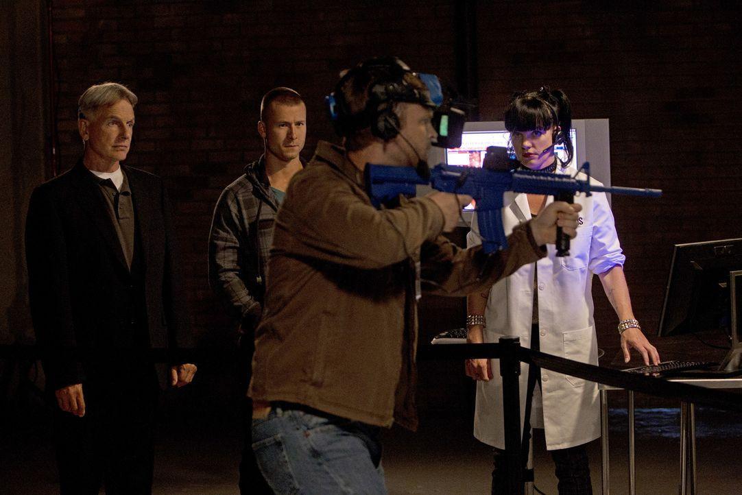 Versuchen, einen Fall zu lösen: Gibbs (Mark Harmon, l.), Marine Sergeant Evan Westcott (Glen Powell, 2.v.l.), Kapitän Wescott (Brad Beyer,2.v.r.) un... - Bildquelle: CBS Television
