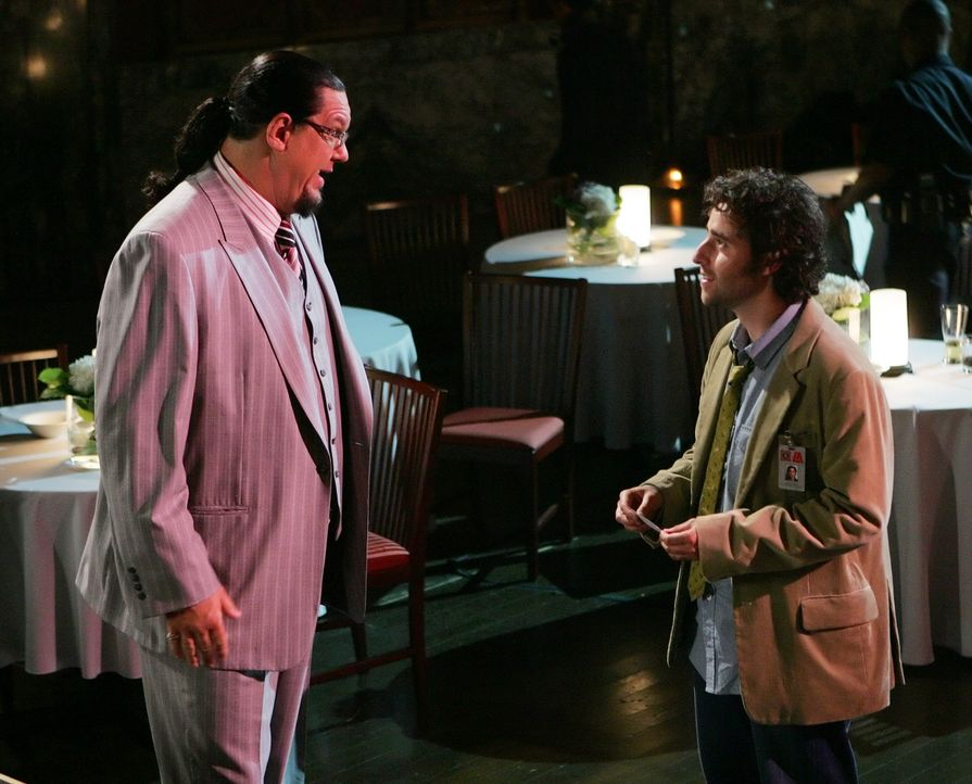 Als bei der Vorführung eines Tricks die Zauberkünstlerin Talma auf offener Bühne verschwindet, muss Charlie (David Krumholtz, r.) mal wieder ran.... - Bildquelle: Paramount Network Television