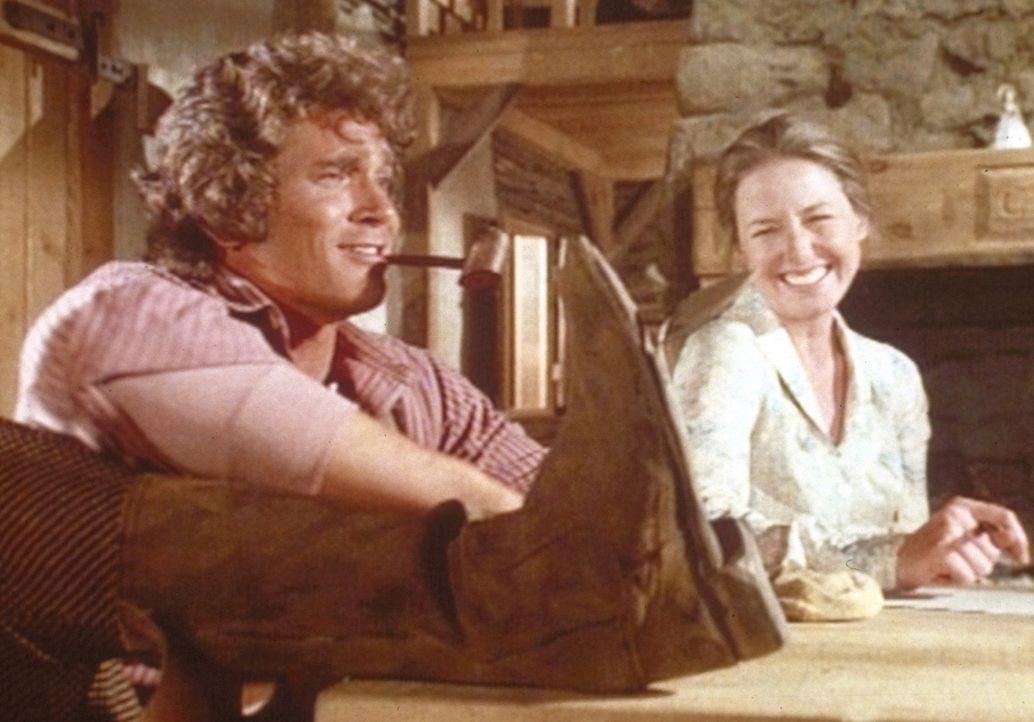 Von dem Geld ihrer ersten Ernte wollen Charles (Michael Landon, l.) und Caroline (Karen Grassle, r.) neue Stiefel kaufen. - Bildquelle: Worldvision